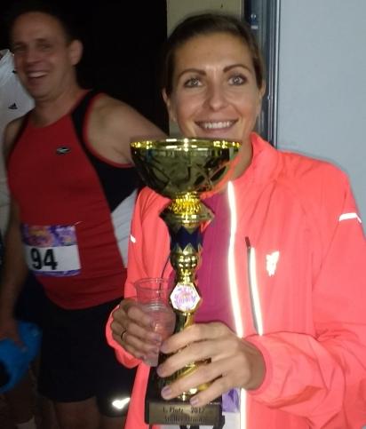 Andrea mit Pokal, Thomas im Hintergrund